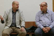 ČEKÁNÍ NA ROZSUDEK. Jaroslav Trégr (vlevo) dorazil k děčínskému soudu s Darkem Švábem, který v době jeho starostování působil jako místostarosta města Rumburk.