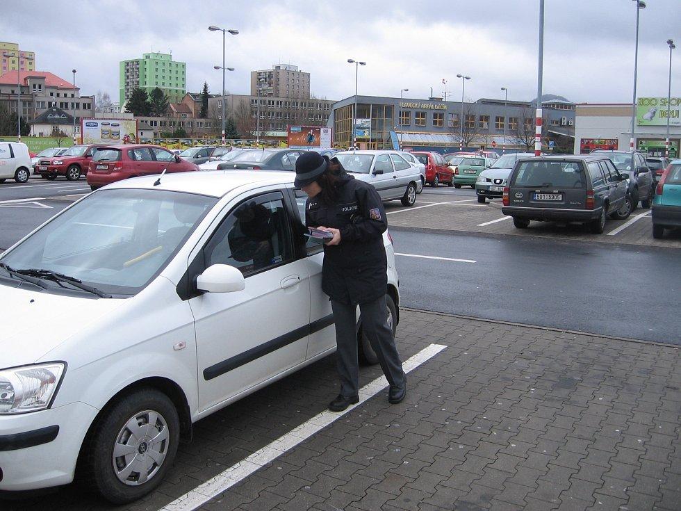 KONTROLA. Při kontrole aut na parkovišti u jednoho z děčínských supermarketů policisté znovu zjistili, že lidé přímo nahrávají zlodějům tím, že nechávají své věci v autě a klidně jdou nakupovat.