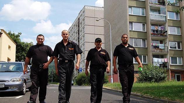 MUŽI V ČERNÉM. Radek Horváth, Boris Gyurko, Milan Horváth a Josef Herák – čtyři muži ze šesti, jež patří do rómské preventivní hlídky.