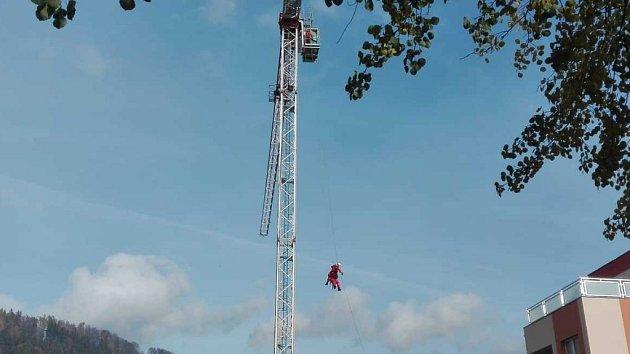 Hasiči figuranta zajistili a za pomoci lezecké skupiny transportovali z jeřábu na zem.
