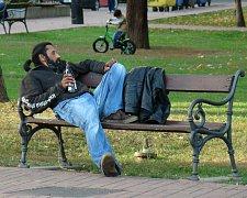 Například Teplice lavičkovou vyhlášku nemají. Lavičky tak často využívají bezdomovci k odpočinku či popíjení alkoholu.