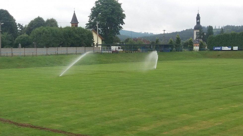 Fotbalisté Velkého Šenova se dočkali automatické závlahy hřiště.