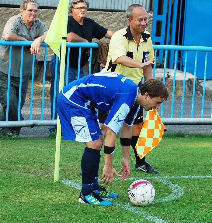NEDAŘILO SE. Fotbalisté Modré (bílé dresy) prohráli 0:2 v Lounech.