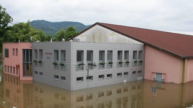 SPORTOVNÍ HALA v Děčíně byla zatopena v červnu 2013.