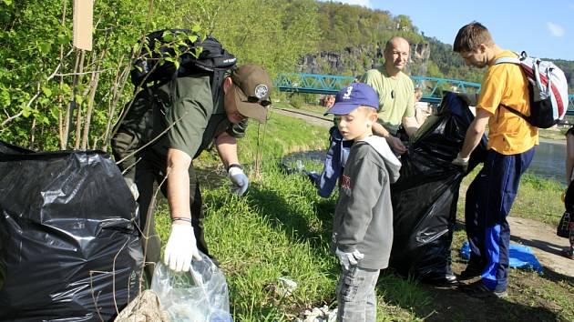 Skupina asi čtyřiceti dobrovolníků uklízela břeh Labe.