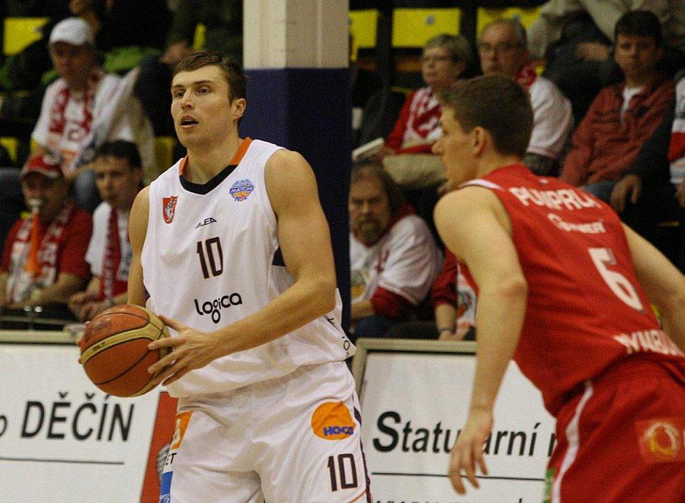 ŠKODA. Byli blízko, děčínští basketbalisté (v bílém) těsně ve finále prohráli.
