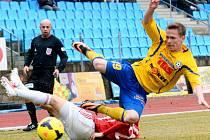OPĚT PADLI. Fotbalisté Varnsdorfu (ve žlutém) doma podlehli Žižkovu 0:1.