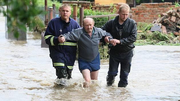 V Markvarticích museli lidé opustit své domovy. Pomáhali dobrovolní hasiči.