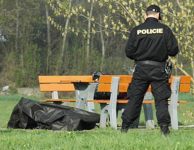 Tělo padesátiletého muže nalezl ve čtvrtek 22. dubna ráno náhodný chodec u laviček pod restaurací Na Kocandě v Děčíně.