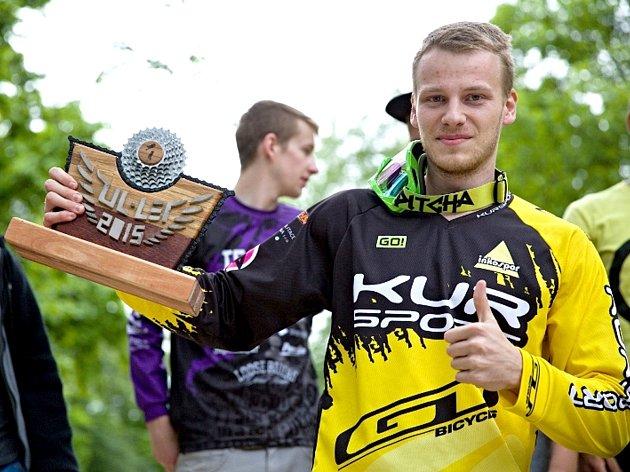 KRYŠTOF JETMAR, zástupce děčínského celku GT KUR sport team, si z Ústí nad Labem odvezl jedinečnou trofej pro vítěze HTC UL-LET.