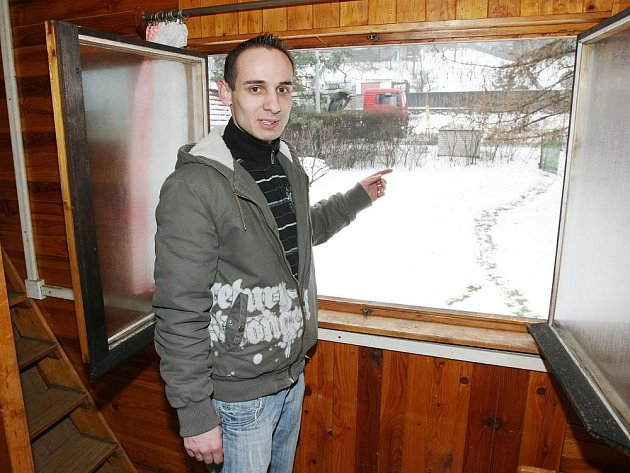 Václav Kousek z Vaňova má chatu vedle frekventované silnice 1/30 z Lovosic do Ústí nad Labem, kde se potýká každý den s velkým hlukem projíždějících kamionů a nákladních automobilů.