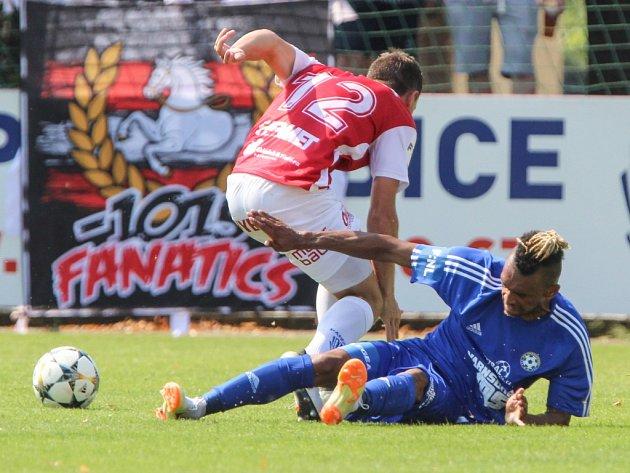 BOD. Fotbalisté Varnsdorfu (v modrém) remizovali v Pardubicích 0:0.