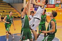 V utkání U18 se přes libereckou obranu prosazuje Josef Táborský.