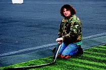 Pracovníci specializované firmy pokládají nový umělohmotný trávník třetí generace