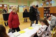 Ve volebních místnostech v ZŠ Kamenická v Děčíně bylo rušno.