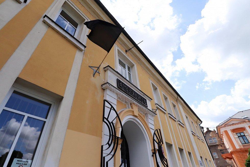 Na budově úřadu ve Varnsdorfu zavlála na protest černá vlajka