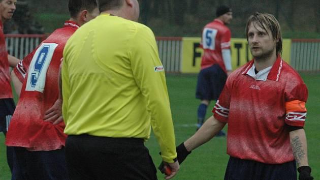 JEDNOZNAČNÁ ZÁLEŽITOST. Fotbalisté Modré (v červených dresech) doma porazili Děčín 6:0.