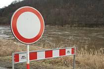 VODA opět zaplavila některé silnice v Děčíně. Jako obvykle je uzavřena komunikace pod Tyršovým mostem a silnice vedoucí z Děčína do Dolního Žlebu. Znovu by měla být otevřena ve čtvrtek.