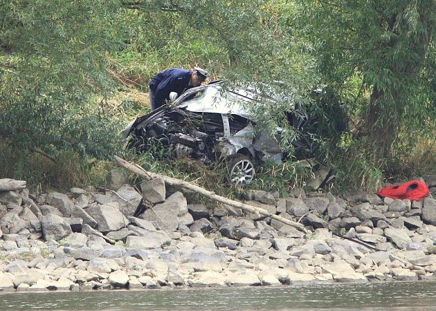 Řidič nezvádl řízení a skončil na břehu Labe