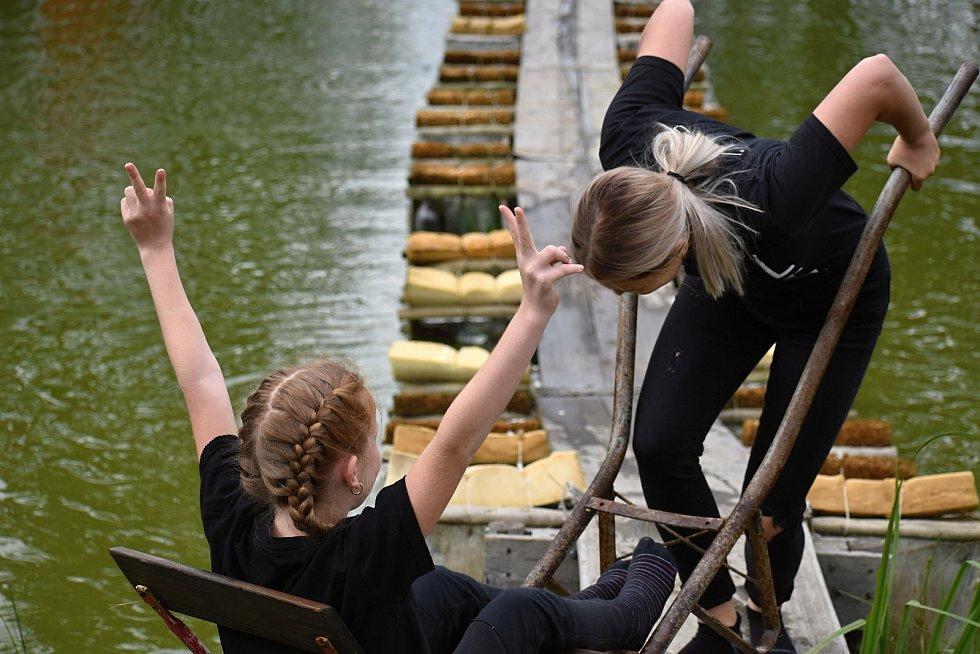 Přejezd lávky přes rybník v Janově.
