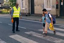 BEZPEČNĚ do školy. Asistent pomáhá mimo jiné krásnolipským školákům přecházet přes přechod.