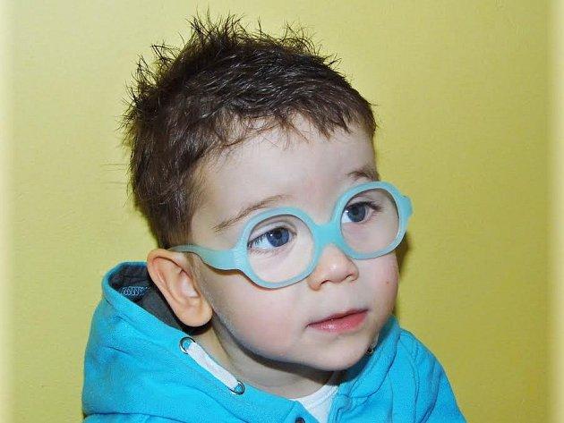 Pětiletý Tobiášek Toušek z Rumburku trpí dětskou mozkovou obrnou. Mentálně je v pořádku, pohybově je však na úrovni devítiměsíčního miminka.