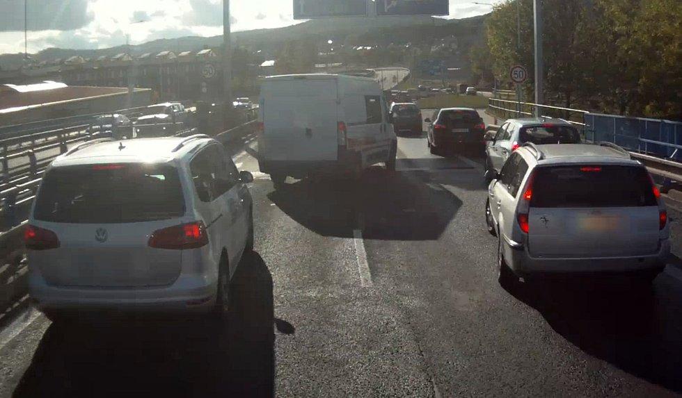 Někteří řidiči nezvládají záchranářskou uličku.