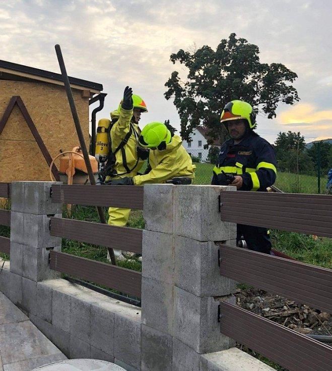 Hasiči v Jílovém vytáhli tělo psa ze septiku u rodinného domu