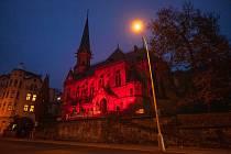 Rudá na evangelickém kostele v Děčíně připomněla během Červené středy oběti pronásledování pro víru