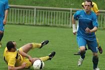 DEBAKL. Fotbalisté Jílového (v modrém) porazili Mojžíř 6:0.