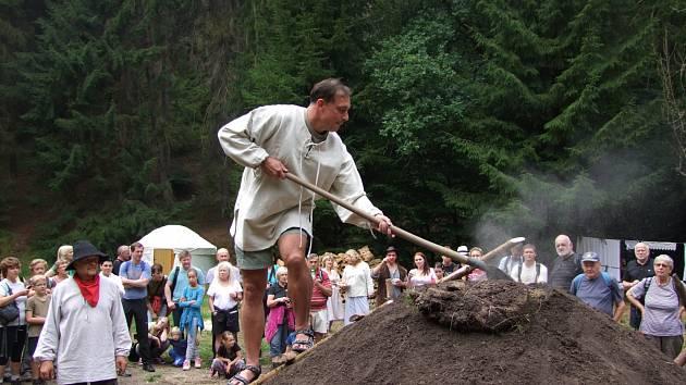 Hořící milíř u Dolského mlýna.