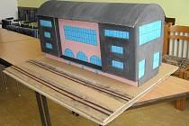 Studenti navrhli nové nádraží. Je z lepenky.