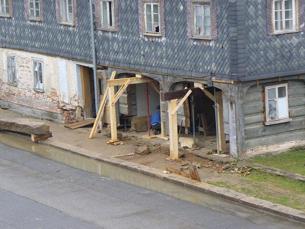 Sanují podstávkový dům v Lipové.