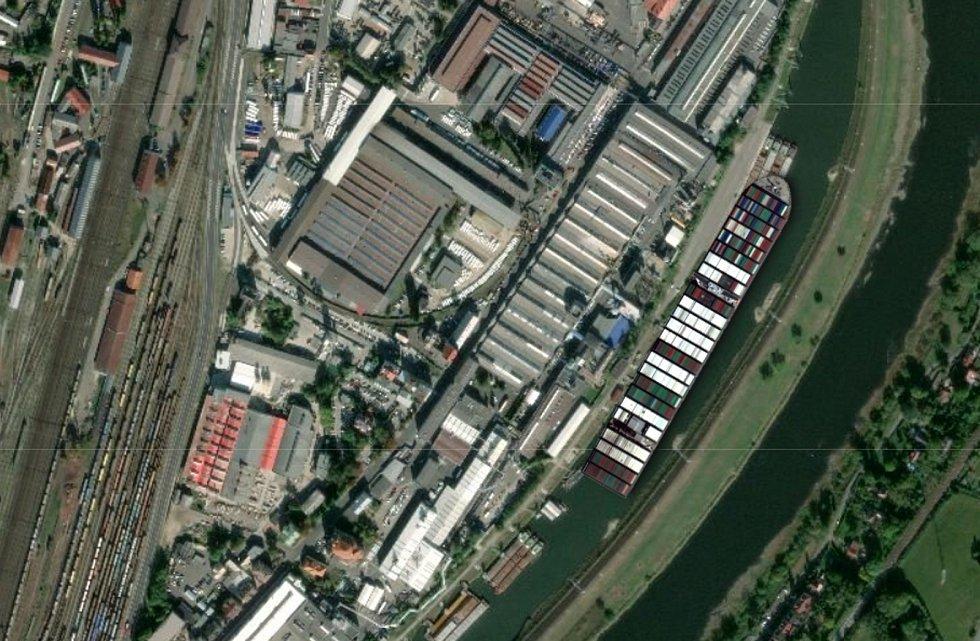Loď Ever Given v loděnicích v zimním přístavu v Děčíně.