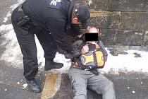 Zákrok strážníků u opilce, který si ustlal na chladném chodníku uprostřed města Děčín.
