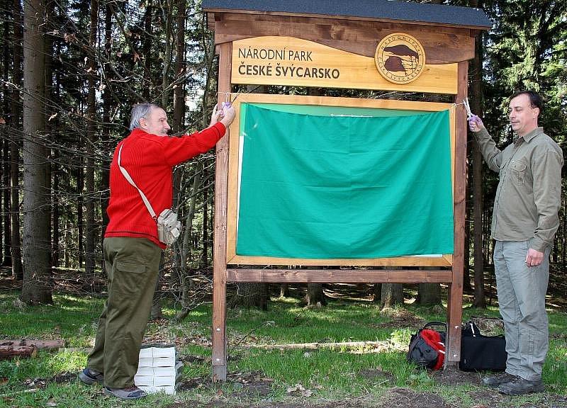 V sobotu otevřel ředitel národního parku Pavel Benda a starosta Hřenska Josef Černý obnovenou naučnou stezku Okolím Pravčické brány.