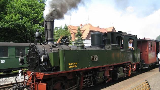 Do skalního hradu vyrazte parním vlakem.