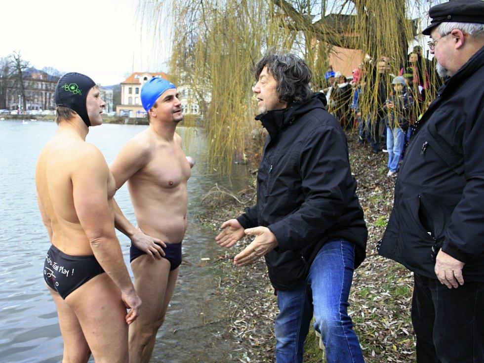 Také letos utopili recesisté kapra v Zámeckém rybníku.