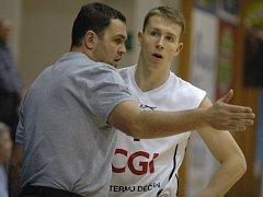 CO VYMYSLÍ NA POHÁR? Trenér BK Děčín Pavel Budínský (vlevo) a rozehrávač Tomáš Vyoral.