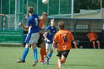 DOROSTENCI VYHRÁLI. U 19: Junior Děčín (modrá) vs. FC Chomutov 3:1.