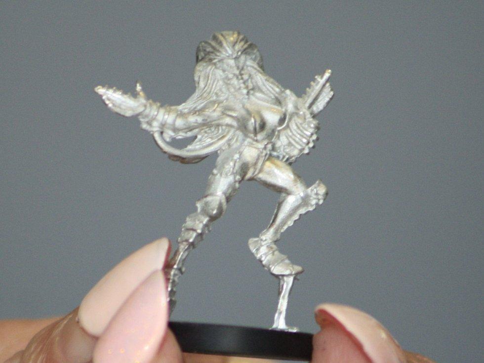V děčínské firmě Good Sailors hendikepovaní lidé barví figurky pro fantasy a sci-fi hry.
