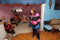 V polorozpadlém domě v Krásné Lípě bydlí lidé.
