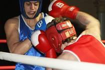Vrcholem boxerského utkání mezi Děčínem a Prostějovem byl souboj ve váze do 81 kilogramů, který nakonec rozhodl o osudu celého duelu. Z výhry se radoval domácí Řezníček (čelem).