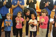 NÁVŠTĚVA. Fotbalisté Varnsdorfu opět potěšili děti v MŠ Čtyřlístek.