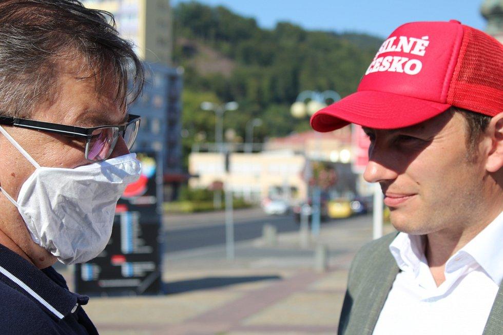 Mítink hnutí ANO v Děčíně a jeho krajský lídr Jan Schiller (vlevo)
