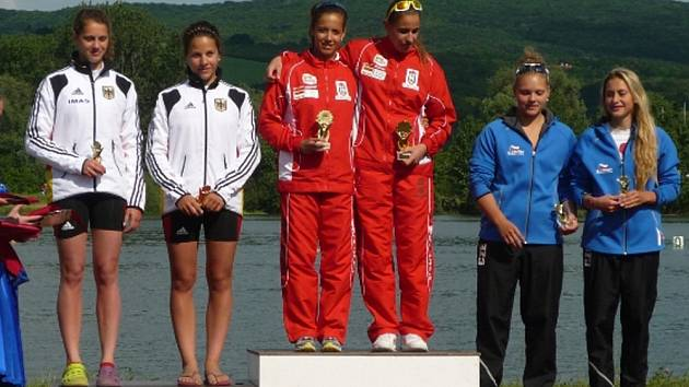 BRONZ. Andrea Rothmeierová s Michaelou Horákovou (na snímku vpravo) vybojovala třetí místo v deblu na 200 metrů.