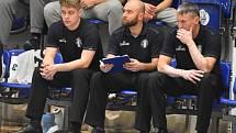Lavička BK ARMEX Děčín při utkání proti Hradci Králové. Zleva asistent trenéra Matěj Anderle, uprostřed sportovní manažer Jakub Důra, vpravo trenér Tomáš Grepl.