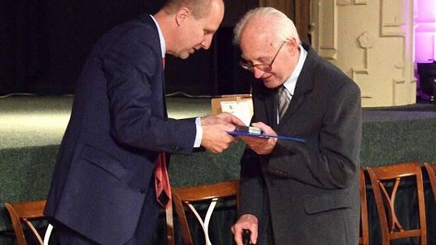 Osobnosti, které se zasloužily o rozvoj regionu, předal senátor Linhart slavnou rybičku z mikulášovického Mikova.