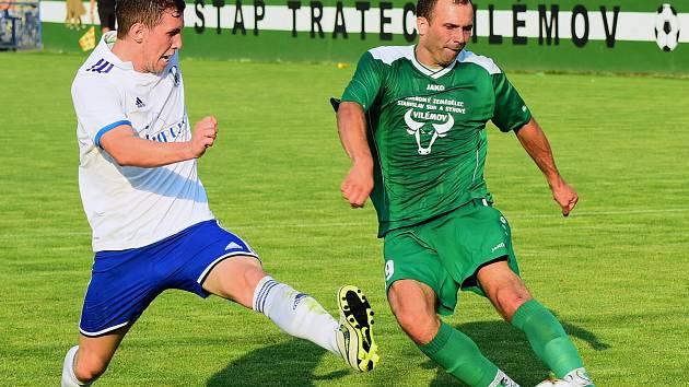 VILÉMOVSKÝ Petr Kurel (vpravo) utkání proti Kladnu díky zranění třísel nedohrál.