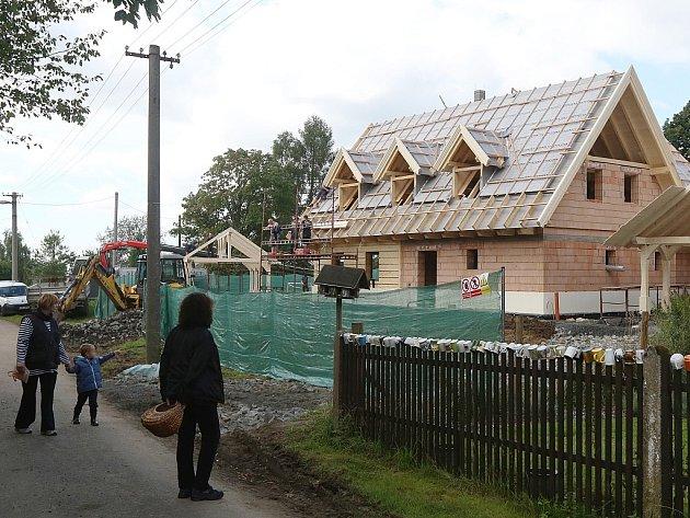 V Doubci roste dům zpěváka Karla Gotta.